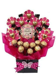 Mother's day flower chocolate bouquet for the flower loving mums (Chocolate Regalo Flower Bouquets) Mothers Day Chocolates, Mothers Day Presents, Mothers Day Crafts, Candy Bouquet Diy, Diy Bouquet, Candy Boquets, Flower Bouquets, Chocolate Flowers Bouquet, Candy Arrangements