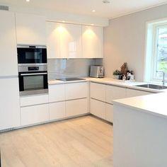 50 Elegant Modern White Kitchen Ideas For Excellent Home 909 Kitchen Room Design, Modern Kitchen Design, Home Decor Kitchen, Kitchen Layout, Interior Design Kitchen, Home Kitchens, Decorating Kitchen, Kitchen Ideas, Open Plan Kitchen