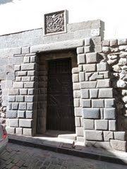 Panoramio - Photo of Cusco City - Walking around old town - Inca doorway with spanish coat of arm on top -  Caminando por el centro historico - Puerta Inca con escudo de armas espanol arriba