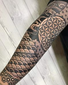 And we got loads more! Japanese Sleeve Tattoos, Full Sleeve Tattoos, Tattoo Sleeve Designs, Tattoo Designs Men, Geometric Tattoos Men, Geometric Sleeve Tattoo, Tribal Tattoos, Polynesian Tattoos, Hals Tattoo Mann