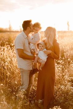 Sunset family photos with toddler and baby Sunset Family Photos, Toddler Family Photos, Cute Family Pictures, Winter Family Photos, Fall Family Portraits, Family Portrait Poses, Family Portrait Photography, Family Posing, Family Photos Baby