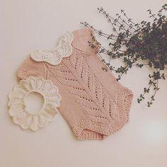 Påfyll I Smurfeprinsessa 'S Ullgarderob Tirildrakt - Diy Crafts Baby Born Clothes, Crochet Baby Clothes, Cute Baby Clothes, Knitting For Kids, Baby Knitting Patterns, Baby Patterns, Crochet Pattern, Diy Bebe, Baby Girl Romper