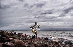 Le foto che hanno vinto il Visa d'Or - Un uomo con una coperta termica dopo essere arrivato sull'isola di Lesbo, 22 ottobre 2015 (ARIS MESSINIS/AFP/Getty Images)