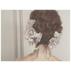 きれいな編み込みに、アシンメトリーに飾られた花々。ニュアンスある色合いの花がぐっとナチュラルな雰囲気に。
