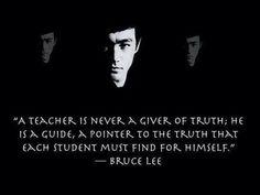 Un profesor no es nunca alguien que da la verdad. Es un guía, alguien que señala a la verdad que cada estudiante tiene que encontrar por sí mismo.