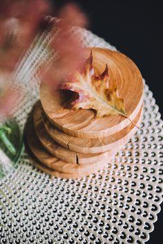 Podstawki wykonane są z drewna olchy. Zaimpregnowane są naturalnymi olejami, bezpiecznymi w kontakcie z żywnością.  Cena dotyczy sześciu podkładek.  W razie potrzeby, zalecamy myć podstawki wilgotną ścierką. Po myciu dokładnie wytrzeć i pozostawić do wyschnięcia. Nie wolno myć ich w zmywarce. Hygge, Rings For Men, Diy, Men Rings, Bricolage, Do It Yourself, Homemade, Diys, Crafting