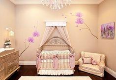 Babyzimmer Mädchen Babybett Beige Wandfarbe Wandsticker Lila Orchideen