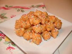 Struffoli is a traditional Neapolitan Christmas dessert made from small puffs of citrus-flavored dough that are crunchy on the outside and soft inside. The fried balls are dipped in honey, dusted with multi-colored candy sprinkles. Italian Christmas Desserts, Italian Christmas Traditions, Italian Christmas Dinner, Italian Desserts, Italian Cookies, Holiday Recipes, Christmas Recipes, Christmas Treats, Christmas Eve