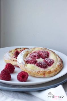 Beautiful Breakfast tart with cream cheese and purple fruit Good Morning Breakfast, Breakfast On The Go, Dessert Cups, Dessert Recipes, Chocolate Lasagne, Brunch Cake, Easy Vanilla Cake Recipe, Table D Hote, Delicious Desserts