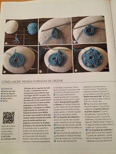 Hola!! Este mes vuelvo a publicar en la revista Mollie Crea un nuevo tutorial... Si queréis aprender a forrar piedras con ganc... Stone Crafts, Rock Crafts, Yarn Crafts, Quick Crochet, Cute Crochet, Knit Crochet, Crochet Bolero, Irish Crochet, Crochet Stone
