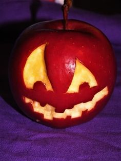 Haloween recipe to creepy apple. Guide how to carve and make this apple Pumpkin Carving, Creepy, Apple, Homemade, Halloween, How To Make, Recipes, Apple Fruit, Home Made
