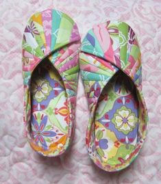 Best 11 Comfy Slippers and Travel Bag Are Easy to Make – Quilting Digest Sewing Hacks, Sewing Tutorials, Sewing Patterns, Fabric Crafts, Sewing Crafts, Sewing Projects, Sewing Slippers, Shoe Pattern, Crochet Shoes