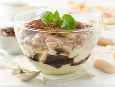 Für das Nutella-Tiramisu die Eier mit dem Zucker schaumig rühren. Das Schlagobers dazu geben und mit dem Mixer verrühren. Die Mascarpone hinzufügen