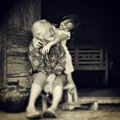 Essere amati profondamente da qualcuno, ci rende forti; amare profondamente, ci rende coraggiosi.  - L.T-