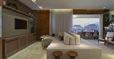 Sala de estar com sofá grande Bege