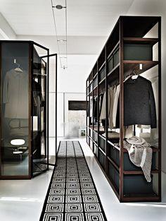 In een walk-in of walk-through closet hoeven natuurlijk geen deuren voor de garderobekast. Bijkomend voordeel: je ziet in een oogopslag welke items je hebt en gebruikt daardoor meer kleding voor het maken van outfits. Weg met de 80-20 regel.