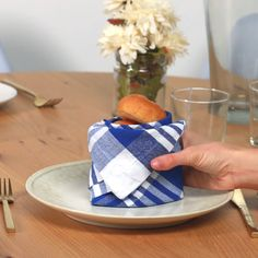 20 Best DIY Napkin Folding Tutorials for Christmas - Festive Christmas Tree Napkin folding tutorial Best DIY Napkin Folding Tutorials for Christmas Ostern Party, Simple Life Hacks, Deco Table, Decoration Table, Party Time, Helpful Hints, Diy And Crafts, Projects To Try, Gift Wrapping