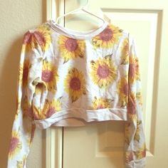 Cropped sweater sunflowers Cropped sweater with sunflowers Forever 21 Tops Crop Tops
