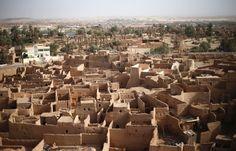 Die libysche Stadt Ghat nahe der Sahara steht im Zentrum der Schmuggelrouten: Aus Westafrika und dem Horn von Afrika reisen viele über Ghat und Libyens Wüste an die Küste, von wo es weiter nach Europa gehen soll.