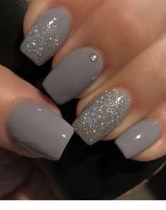 False nails have the advantage of offering a manicure worthy of the most advanced backstage and to hold longer than a simple nail polish. The problem is how to remove them without damaging your nails. Silver Glitter Nails, Gray Nails, Glitter Nail Art, Pink Glitter, Color Nails, Silver Nail Polish, Matte Nails, Gray Nail Art, Glitter Gel Nails