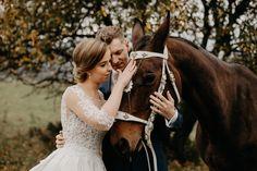 Julka, Tomáš a najkrajší koník, ktorý nám spríjemnil naše spoločné fotenie✨. Wedding Dresses, Fashion, Bride Dresses, Moda, Bridal Gowns, Fashion Styles, Weeding Dresses, Wedding Dressses, Bridal Dresses