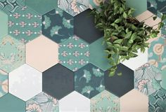 Pascale Turbé re-enchanted the hexagonal tiles! The former decorator of the D & co show works on traditional African motifs on a collection of sumptuous tiles Hexagon Shelves, Hexagon Tiles, Honeycomb Shelves, Marketing Colors, Entryway Flooring, Patchwork Tiles, Geometric Pattern Design, House Tiles, Home Decor Furniture