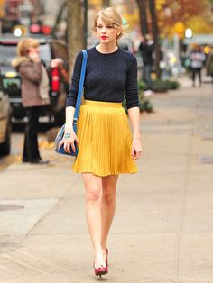 Taylor Swift: In Taylor Swift was captured in New York City dressed like Snow White, wearing a bright yellow skirt and a navy blue sweater. Click through for more times that celebs dressed like Disney princesses. Taylor Swfit, Estilo Taylor Swift, Taylor Swift Outfits, Taylor Swift Style, Taylor Alison Swift, Taylor Swift Skinny, Taylor Swift Fashion, Live Taylor, Yellow Skirt Outfits