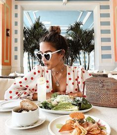 Finally, sunglasses that express how I feel when the food arrives. Vibe Video, Foto Casual, Heart Sunglasses, How To Pose, Photography Poses, Photography Aesthetic, Summer Vibes, Summer Outfits, Picnic Outfits