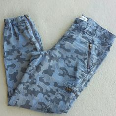 Madewell Camo Pants. Blue camo pants. 100% cotton. Ankle zipper with elastic hem. Madewell Pants