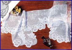 Schema bordo con fiori e farfalle
