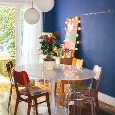 parede azul, tijolinhos, azulejos em patchwork, cadeiras descombinadas, sofá retrô... será que tem algum detalhe nessa casa que não seja inspirador? a gente acha que não, mas pra tirar a prova só entrando no blog e vendo a matéria completa, hehe #decoração #casacolorida #todacasatemumahistoria #cores foto: @lflorenzano