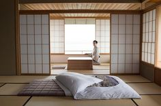 Japanese Style Tatami Room Design A tatami room is a fixture in washitsu or traditional japanese interior designonce the mark of nobility modern tatami rooms serve as study areas in te. Japanese Inspired Bedroom, Japanese Style Bedroom, Japanese Style House, Traditional Japanese House, Japanese Interior Design, Japanese Home Decor, Japanese Homes, Japanese Mattress, Japanese Floor Bed