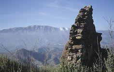 """CASTLES OF SPAIN - Castillo de Bentomiz. Arenas, Málaga. Fortaleza árabe, sobre restos fenicios, griegos y romanos. Cuando Fernando II de Aragón llegó a la zona en la campaña que culminó en el cerco de Málaga (1487), el sultán Abū `Abd Allāh Muhammad az-Zaghall de Granada, """"El Zagal"""", trajo una fuerza para oponerse a ellos que se colocó alrededor del castillo, atacaron el sitio cristiano durante la noche del 25 de abril 1487, pero fueron rechazados, retirándose en dirección a Granada."""