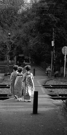 Kyoto, Japan Three little maids, who all unwary. Japanese Culture, Japanese Art, Japanese Song, Karate, Tokyo, Memoirs Of A Geisha, Turning Japanese, Grand Tour, Japanese Beauty