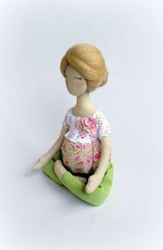 Pregnant Yoga doll Soft sculpture Pregnant rag by SashaMedovaya - Dolls - Pregnant Tips Soft Sculpture, Sculptures, Clothespin Dolls, Textiles, Sewing Toys, Pretty Dolls, Diy Doll, Fabric Dolls, Pregnant Yoga