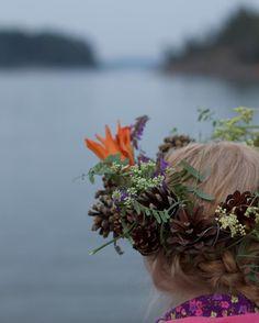 Mid Summer in Finland // Juhannus // Mid Sommar  #flowergarland #garland #anadem #pinecones #ranskanletti #meri #itämeri #östersjön #balticsea #hiirenvirna #mesiangervo #meadowsweet #niittykukat  #seppele #kukkaseppele #käpy #käpyseppele #nordic  Photo: Pala saaristoa