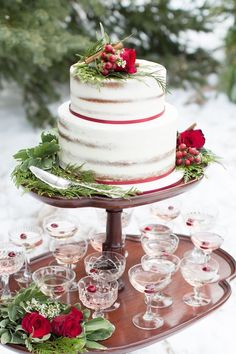 A snowy wedding inspiration shoot with Christmas wedding ideas in green and red holiday wedding colors. Christmas Wedding Cakes, Christmas Desserts, Christmas Themes, Red Wedding Cakes, Christmas Kitchen, Christmas Love, Natural Christmas, Elegant Christmas, Wedding Themes