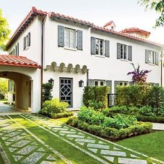 Fully functional and also beautiful,  this Florida driveway creates a grand approach. : Roger Foley #MySouthernLiving