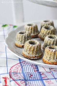 """Mini Poppy Seed Gugl with Eggnog - or """"Sweet Sunday Sin"""" - Mini gugls with poppy seeds, semolina and eggnog ~ 100 kcal - Mini Desserts, No Bake Desserts, Mini Donuts, Mini Muffins, Donuts Donuts, Donut Recipes, Cake Recipes, Mini Cakes, Cupcake Cakes"""