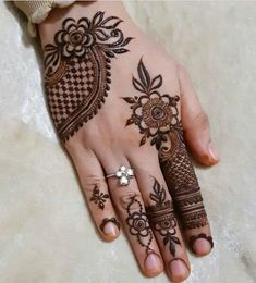 Fascinating new year mehndi designs for hands and arms are just perfect for enhancing your beautiful appearance and personality. Hardly, there would be any woman who has not applied mehndi on her and arms. Traditional Mehndi Designs, Simple Arabic Mehndi Designs, Back Hand Mehndi Designs, Indian Mehndi Designs, Mehndi Designs 2018, Mehndi Designs For Beginners, Modern Mehndi Designs, Mehndi Design Pictures, Henna Designs Easy
