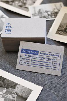Carte De Visite En Letterpress Bleu Marine Sur Carton Gris Pour La Photographe D
