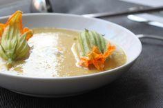 Esta receta de crema de flor de calabaza se prepara con un poco de vino blanco, zanahoria, apio y poro. La crema se sirve con queso en cuadritos y rajas de chile poblano. Es una sopa muy mexicana perfecta para una cena elegante.