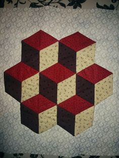 Me encanta  este proyecto  : como corto los  cubos   tutorialpathwork. Por  Favor . Tumbling Blocks Quilt, Quilt Blocks, Quilt Modernen, Barn Quilt Patterns, Christmas Cushions, Quilting Templates, Quilt As You Go, Hexagon Quilt, Patch Quilt