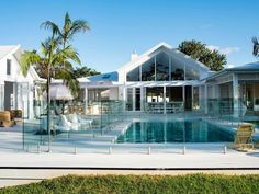 A fan of the coastal look? Find out how to pull it off even if you're miles from the water. Here are our favourite Hamptons-inspired homes in Australia. Die Hamptons, Hamptons Style Homes, Interior And Exterior Angles, Brick Cladding, Wall Cladding, Australia House, Pergola, Storey Homes, Modern Coastal