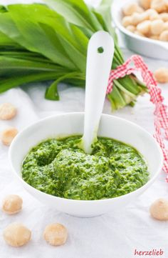 Bärlauch Rezepte: Schnell gemachtes Rezept Bärlauchpesto mit Macadamias   Wild Garlic Recipes: Pesto with Macadamias