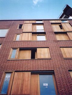 liza- de combinatie van hout en baksteen is hier mooi toegepast, zoiets zouden wij bij de ramen van het appartement ook kunnen doen