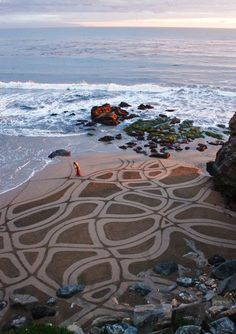 The pattern is drawn on sands. #landart Andres Amador, raked sand