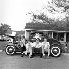 Rock and roll band 'The Beach Boys' pose for a portrait in front of a vintage car with Brian Wilson in a Santa suit. Al Jardine, Dennis Wilson, Carl Wilson, Mike Love and Brian Wilson . Get premium, high resolution news photos at Getty Images Vintage Christmas Images, Retro Christmas, Christmas Pictures, Christmas Past, Merry Christmas And Happy New Year, Celebrating Christmas, Xmas, Martin Show, California Christmas