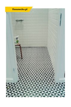 www.kazanecka.pl Mała łazienka w mieszkaniu z wielkiej płyty. Podłoga - Vives, ściany -Paradyż. #małałazienka