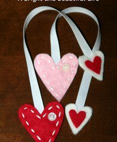 DIY: Adorable and easy felt heart bookmark - Valentine's Day Valentine Crafts For Kids, Valentines Day Party, Vintage Valentines, Diy Valentine, Valentine Wreath, Valentine Heart, Diy Bookmarks, How To Make Bookmarks, Ribbon Bookmarks